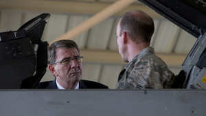 كارتر يتحدث مع قائد طائرة مقاتلة تابعة لسلاح الجو الأمريكي في قاعدة جوية بالأردن