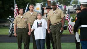 جنود من مشاة البحرية يقدمون والدة أحد ضحايا هجوم تينيسي في حفل التأبين