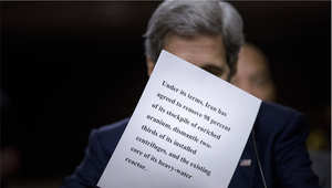 وزير الخارجية الأمريكي جون كيري ينظم أوراقه خلال جلسة الاستماع في الكونغرس، للدفاع عن الاتفاق النووي مع أيران، واشنطن 23 يوليو/ تموز 2015