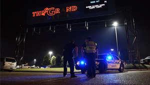تواجد للشرطة خارج مبنى مسرح غراند في لافييت بولاية لويزيانا بعد حادث إطلاق النار، 23 يوليو/ تموز 2015