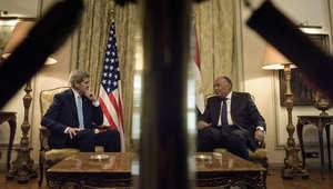 وزيرة الخارجية الامريكية جون كيري يتحدث مع وزير الخارجية المصري سامح شكري قبل اجتماع في وزارة الشؤون الخارجية بالقاهرة