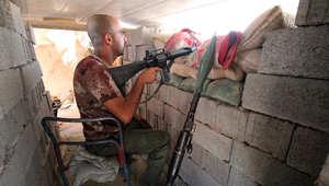 عضو في القوات العراقية المتحالفة مع الجيش خلال اشتباكات مع الدولة الإسلامية على مشارف الفلوجة