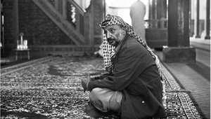 رئيس منظمة التحرير الفلسطينية ياسر عرفات في أحد المساجد في غينيا خلال جنازة الرئيس الغيني أحمد سيكو توري 30 مارس/ آذار 1984