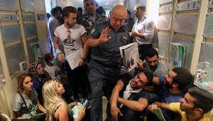"""متظاهرو حركة """"طلعت ريحتكم"""" في لبنان يقتحمون مبنى وزارة البيئة"""