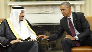 الملك سلمان بن عبد العزيز يتحدث مع الرئيس الأمريكي باراك أوباما خلال لقائهما بالبيت الابيض في واشنطن في 4 سبتمبر 2015