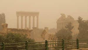 الآثار الرومانية في مدينة بعلبك في وادي البقاع خلال العاصفة الرملية