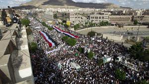بالصور.. الحوثيون وأنصارهم يتظاهرون ضد السعودية بملابس الإحرام والسلاح والقات