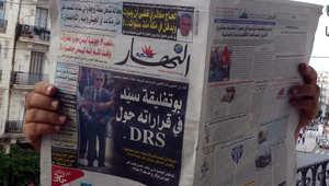 جزائري يقرأ إحدى الصحف المحلية بعد استبدال رئيس جهاز المخابرات المخابرات