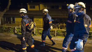 عمال الانقاذ في الشوارع بعد وقوع زلزال كبير في كونكون