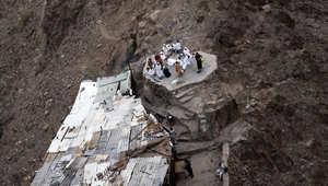 حجاج يصلون أثناء زيارتهم لجبل النور حيث يقع كهف حراء
