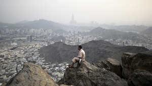 حاج مسلم ينظر إلى مكة المكرمة من أعلى جبل النور