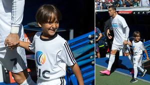 الطفل السوري زيد يسير يدا بيد مع كريستيانو رونالدو