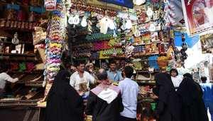 سيدات يمنيات يشترين من أحد المحال استعدادا للعيد