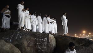 حجيج يؤدون الصلاة على جبل عرفات