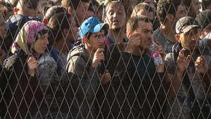 لاجئون يصطفون خارج أحد مراكز اللجوء على الحدود الكرواتية