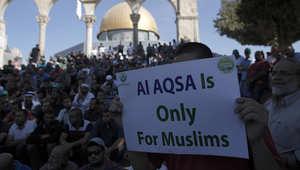 """دبي، الإمارات العربية المتحدة (CNN)-- اندلعت اشتباكات في ساحة المسجد الأقصى، الاثنين، بين عناصر الشرطة الإسرائيلية والفلسطينيين لليوم الثاني على التوالي.  وقالت المتحدثة باسم الشرطة الإسرائيلية لوبا السمري إن """"القوات تحاول منع مثيري الشغب داخل المسجد من ت"""