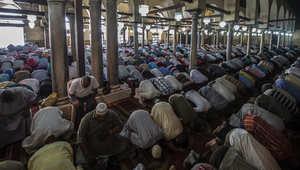رجال يحضرون صلاة الجمعة الأسبوعية في مسجد الأزهر في العاصمة المصرية القاهرة