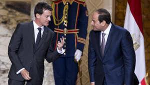 رئيس الوزراء الفرنسي مانويل فالس بجانب الرئيس المصري عبد الفتاح السيسي خلال حفل لتوقيع عقود عسكرية في القصر الرئاسي