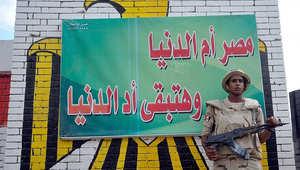 جندي مصري يقف حارسا في مركز اقتراع
