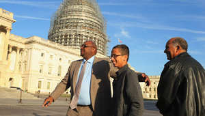 أحمد محمد ووالده والمرشح الرئاسي السوداني السابق محمد الحسن محمد بعد مؤتمر صحفي في واشنطن