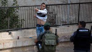 قوات الأمن الإسرائيلية تفتش شابا فلسطينيا عند بوابة دمشق في مدينة القدس القديمة