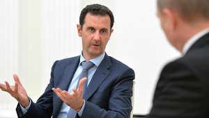 الرئيس السوري بشار الأسد يتحدث مع نظيره الروسي فلاديمير بوتين خلال اجتماع في الكرملين