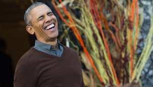 بالصور.. ما الذي جعل باراك أوباما ينفجر ضاحكا بهذا الشكل.. وما علاقة بابا الفاتيكان بالأمر؟