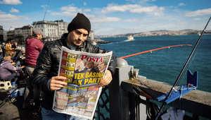صياد يقرأ صحيفة في اسطنبول، بعد يوم من الانتخابات العامة في تركيا