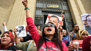 أنصار مبارك يرفعون شعارات مؤيدة له أمام محكمة الاستئناف في القاهرة