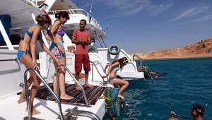 سياح يشاركون في دورة للغوص في منتجع شرم الشيخ