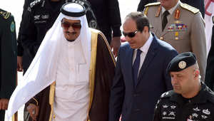 العاهل السعودي الملك سلمان بن عبد العزيز يستقبل الرئيس المصري عبد الفتاح السيسي في مطار الرياض الدولي