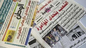 """صورة مأخوذة في 10 نوفمبر 2015 لأغلفة العديد من الصحف المصرية مع عناوين تندد بـ """"مؤامرة"""" غربية تهدف إلى إلحاق الأذى بصناعة السياحة"""