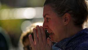 امرأة تبكي خارج القنصلية العامة لفرنسا في نيويورك بعد الهجوم على المدنيين في باريس