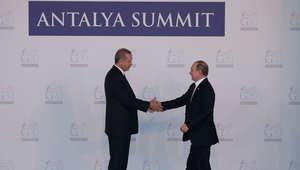 الرئيس التركي رجب طيب أردوغان يرحب بالرئيس الروسي فلاديمير بوتين خلال مراسم الاستقبال الرسمي لاجتماع قادة قمة العشرين في تركيا