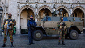 شرطي مسلح وجنديان أمام مجلس مدينة بروكسل، بلجيكا