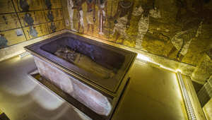 تابوت الملك توت عنخ آمون في غرفة دفنه