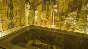 التابوت الذهبي للملك توت عنخ آمون في غرفة دفنه