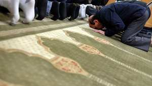 بعد إلقاء رأس خنزير على باب مسجد بأمريكا.. اندلاع حريق بآخر.. والسلطات: لا يجب على الإرهاب أن يولد إرهابا