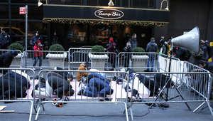 مجموعة من المسلمين يصلون قبل تجمع حاشد أمام برج ترامب في نيويورك