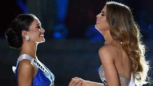 ملكة جمال الفلبين بيا الونزو وملكة جمال كولومبيا اريادنا غوتيريز بعد تتويج غوتيريز عن طريق الخطأ بلقب ملكة جمال الكون