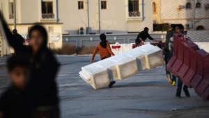 متظاهرون بحرينيون يستخدمون الحواجز المرورية خلال اشتباكات مع شرطة مكافحة الشغب عقب احتجاج ضد إعدام رجل الدين الشيعي البارز الشيخ نمر النمر