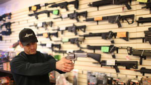 بعد هجوم أورلاندو الأكثر دموية بتاريخ أمريكا.. هل تعلم ماذا حدث لأسعار أسهم المسدسات بالدولة؟