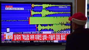رجل يشاهد تقريرا إخباريا بعد ملاحظة علماء الزلازل هزة أرضية بقوة 5.1 درجة بالقرب من موقع اختبار كوريا الشمالية النووي الرئيسي في شمال شرق البلاد.