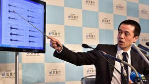 مسؤول في وكالة الارصاد الجوية اليابانية يعرض رسما بيانيا يوضح النشاط الزلزالي، بعد التجربة النووية الكورية الشمالية