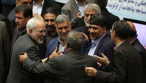 أعضاء من البرلمان الإيراني يحيون وزير الخارجية محمد جواد ظريف بعد عودته من فيينا ورفع العقوبات بموجب الاتفاق النووي