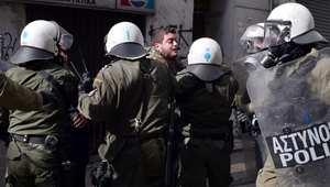 اليونان: القبض على 3 بريطانيين بتهمة تهريب الأسلحة إلى تركيا.. وتقارير: أصلهم عراقي