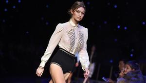 جيجي حديد تقدم أزياء من تصميم تومي هيلفيغر خلال أسبوع الموضة لخريف 2016 في نيويورك