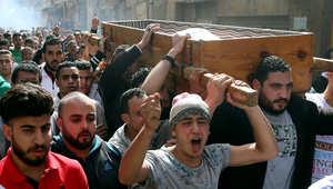 مصريون يحملون نعش محمد علي سيد إسماعيل، الذي زُعم أنه قتل برصاص شرطي بسبب خلاف على الأجرة