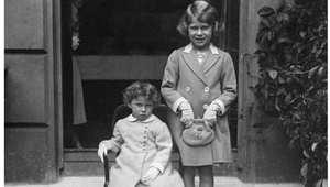 الأميرة إليزابيث (الملكة لاحقا) يمين، مع شقيقتها الصغرى مارغريت 1933