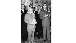عاهل الأردن الراحل الحسين بن طلال، وشاه إيران محمد رضا بهلوي يؤدون الصلاة في مدينة ميشيب خلال زيارة الملك لإيران، 13 أبريل/ نيسان 1960